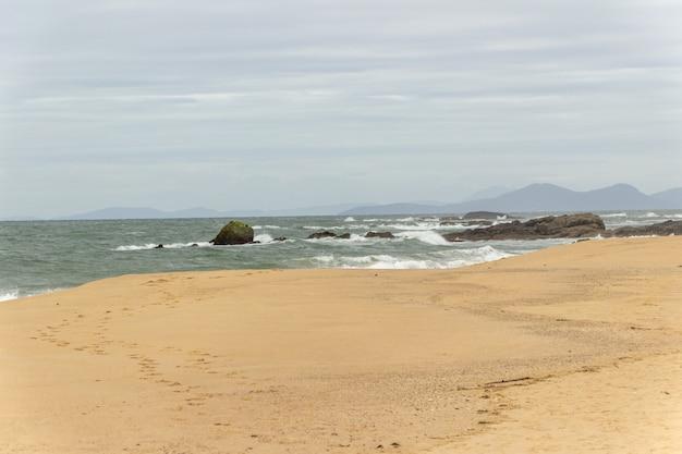 Allerta rossa della spiaggia a penha santa catarina