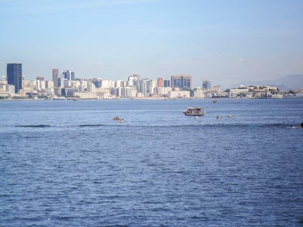 Spiaggia rossa in niteroi a rio de janeiro, brasile.