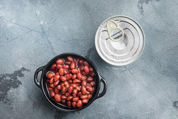 Fagiolo rosso, cibo in scatola, su sfondo grigio, vista dall'alto piatta con spazio di copia per il testo