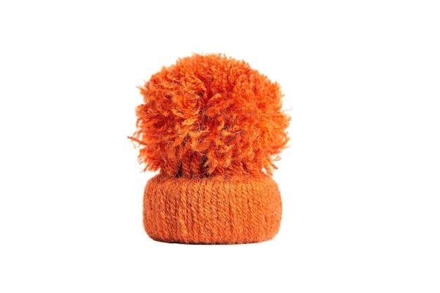 Berretto rosso. cappellino decorativo in maglia per bambole. copricapo, copricapo, copricapo