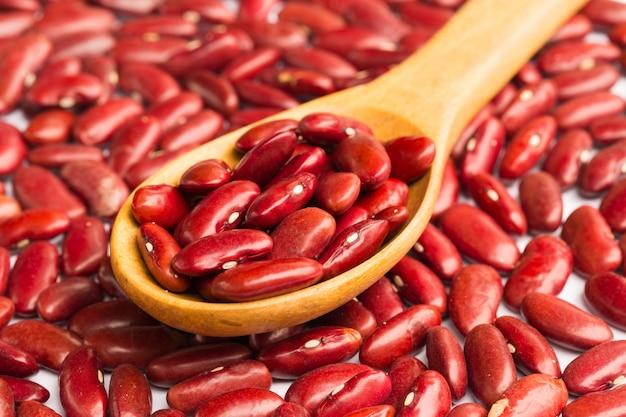 Fondo dei fagioli rossi con il cucchiaio di legno