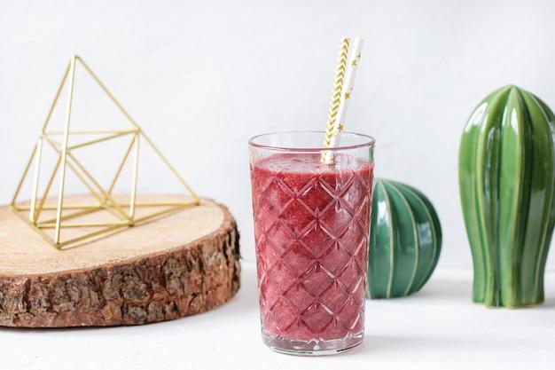 Frullato di barbabietola rossa, mirtillo e fragola in un bicchiere