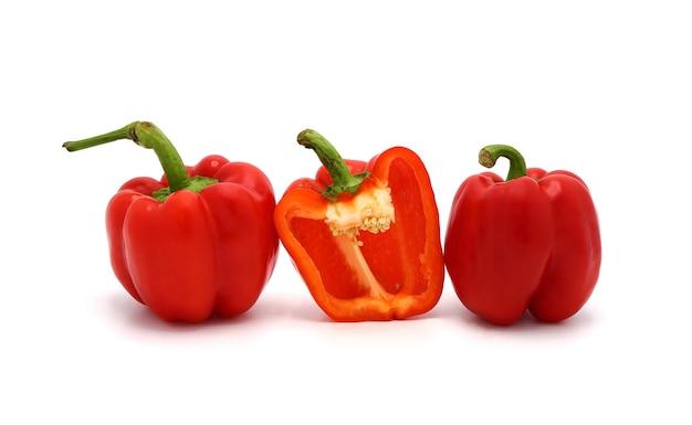 Peperoni dolci rossi su sfondo bianco