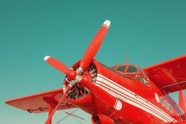 Biplano rosso sullo sfondo del cielo