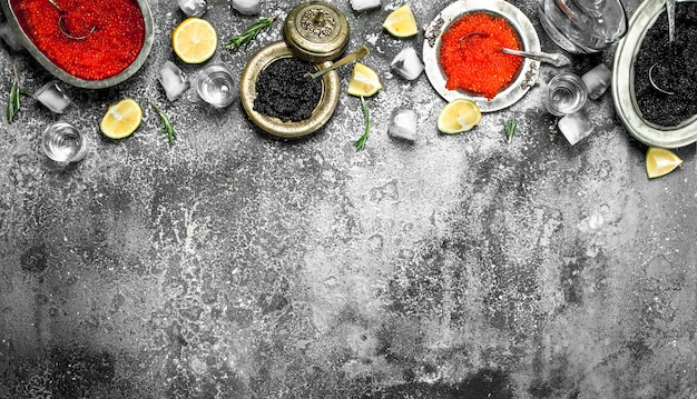 Caviale rosso e nero al limone. su fondo rustico.