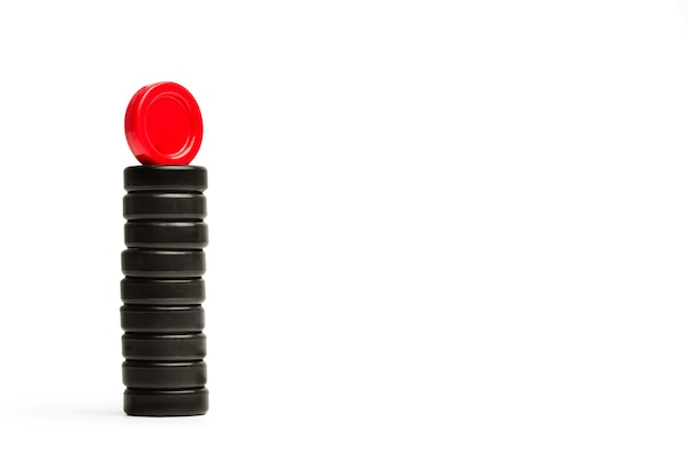 Chip di dama rossa e nera in un mucchio