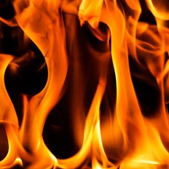 Fiamma di fuoco rosso fiammato su sfondo nero
