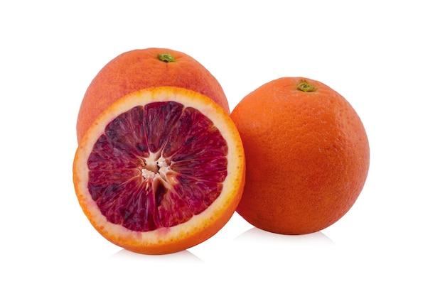 Fetta di arancia rossa, isolata su bianco