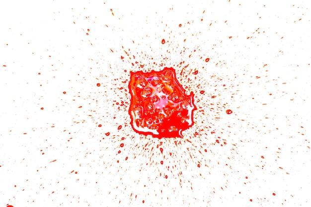 Macchia rossa sanguinante nella forma su sfondo bianco