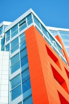Facciata di edificio moderno rosso blu