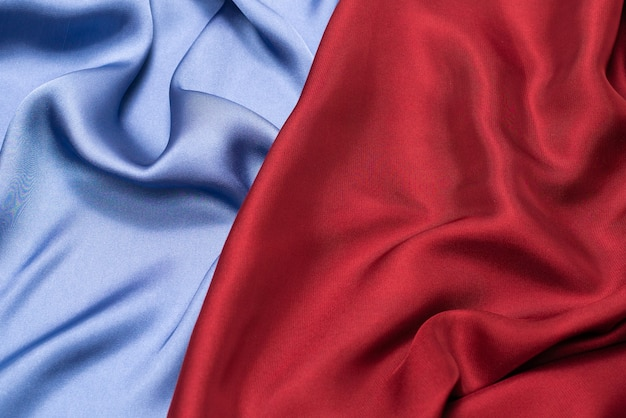Trama di tessuto di lusso in seta o raso rosso e blu