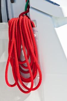 Corde di barca rosse su uno yacht