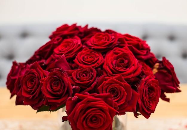 Mazzo rosso di rose rosse. fiori di nozze su sfondo grigio. messa a fuoco selettiva, bellezza del concetto di san valentino