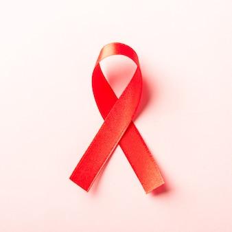 Simbolo di fiocco rosso nastro hiv, consapevolezza del cancro dell'aids con le ombre