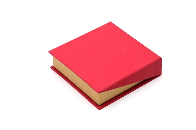 Casella rossa per gioielli e regali su un bianco isolato