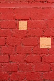 Muro di mattoni rossi con macchie gialle