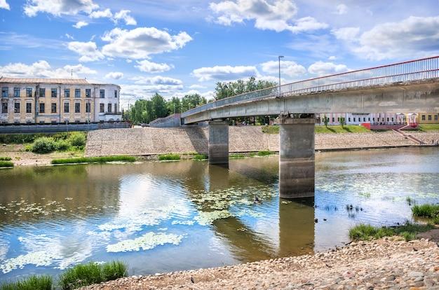 Ponte rosso sul fiume a vologda in una giornata di sole estivo