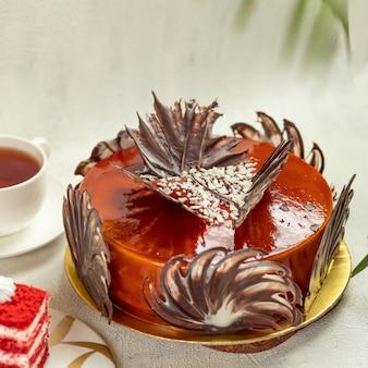 Torta red brulée con tazza di tè