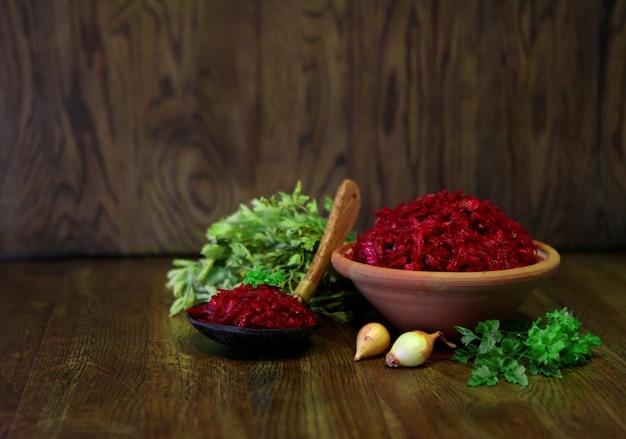 Insalata fresca di cavolo rosso e carote, insalata vegana - gustoso e delizioso cibo fatto in casa su uno sfondo rustico in legno, piatto di cocktail vitaminico per pasto. cipolla verde o mix di aglio