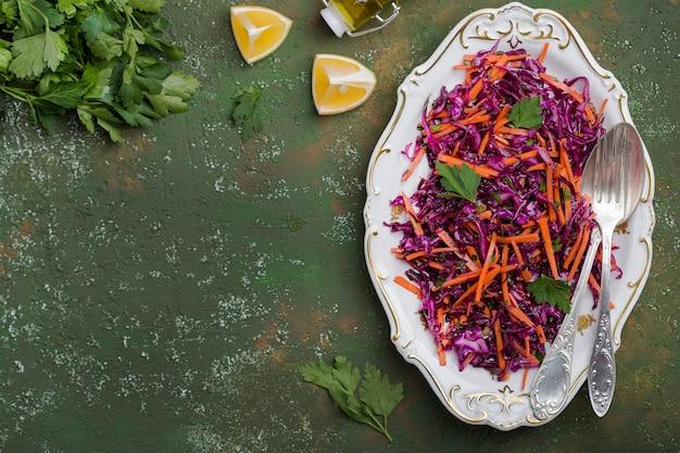 Insalata di cavolo cappuccio rosso con carote condita con olio d'oliva e limone