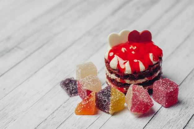 Spuntino di vista superiore del fondo di legno dei dolci della marmellata di arance di cioccolato della torta rossa. foto di alta qualità