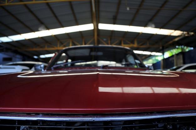 Automobile rossa nel garage per le immagini di sfondo sfocato