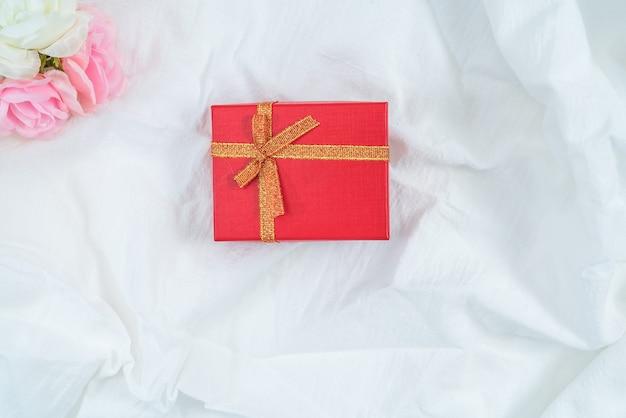 Scatola di cartone rossa per regali e fiori, isolata