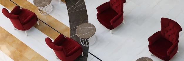 Sedie rosse e tavolini in piedi nella grande sala vista dall'alto