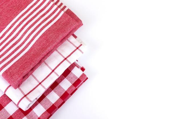 Asciugamani da cucina a quadretti rossi del percalle vista superiore su bianco con lo spazio della copia