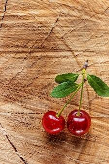 Ciliegie rosse sul tavolo di legno