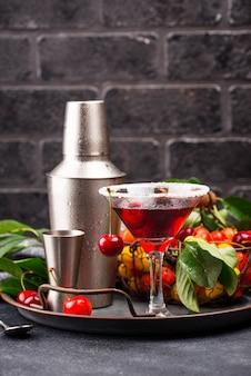 Cocktail estivo martini rosso ciliegia