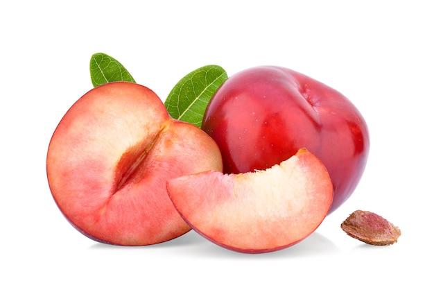 Prugna rossa ciliegia isolata