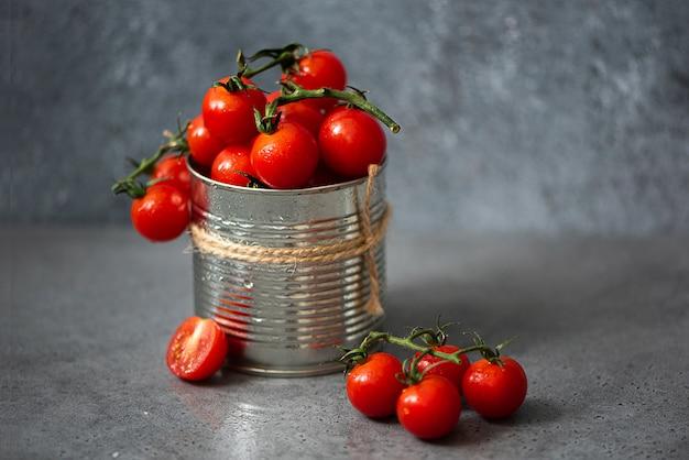 Pomodorini rossi in lattina