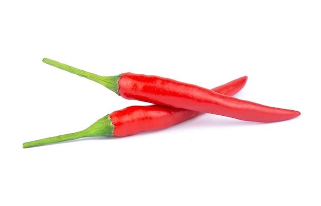 Peperoncino rosso o peperoncino isolato su un bianco. con tracciato di ritaglio
