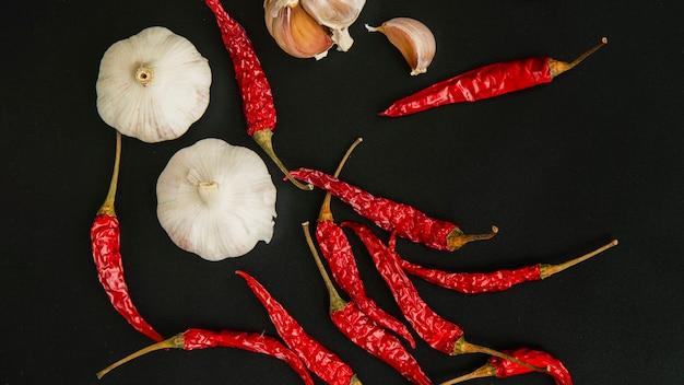 Peperoncino rosso e aglio su sfondo nero