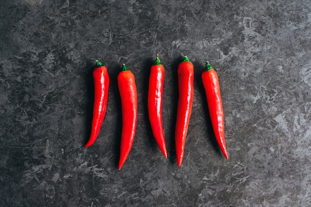 Peperoncino rosso isolato su sfondo nero