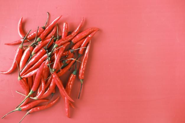 Peperoncino rosso su sfondo rosso con copia spazio