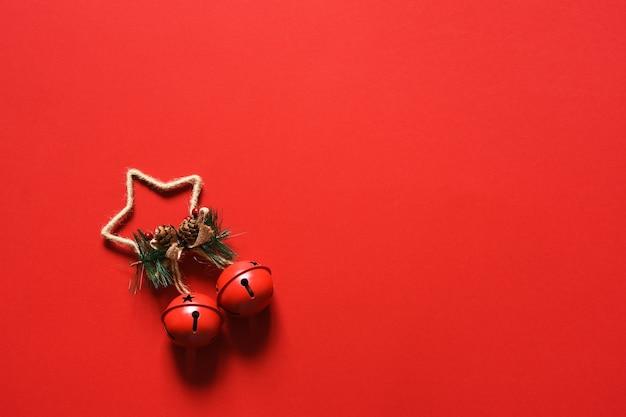 Sfondo rosso di natale. campane di natale su uno sfondo rosso. decor. disposizione.