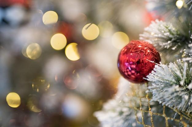 Palla rossa di natale che appende sull'albero di chrismas