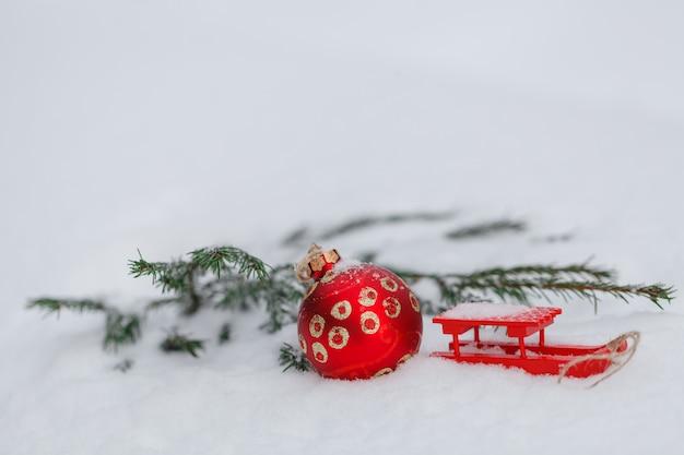 Palla di natale rossa sulla neve