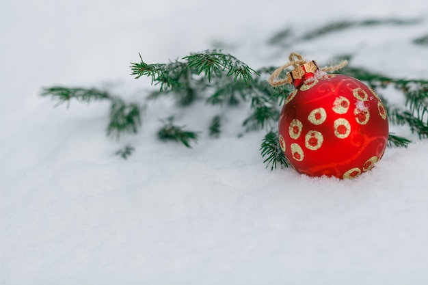 Palle rosse di natale su una neve. concetto di auguri di capodanno. copia-spazio
