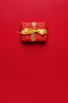 Regalo di natale rosso su sfondo rosso con copia spazio.