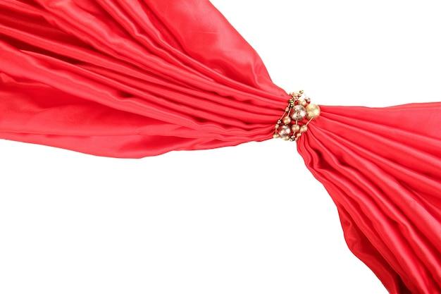 Panno rosso legato con perline isolato su bianco