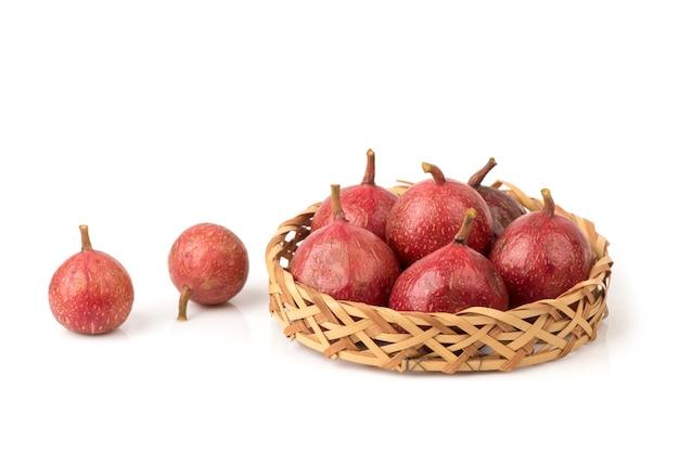 Frutti di fico o ficus racemosa a grappolo rosso isolati su sfondo bianco.