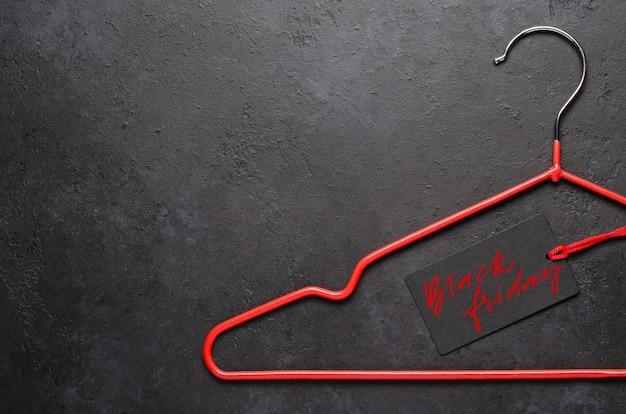 Appendiabiti rossi. venerdì nero - iscrizione scritta a mano sull'etichetta.