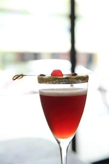 Cocktail rosso in primo piano