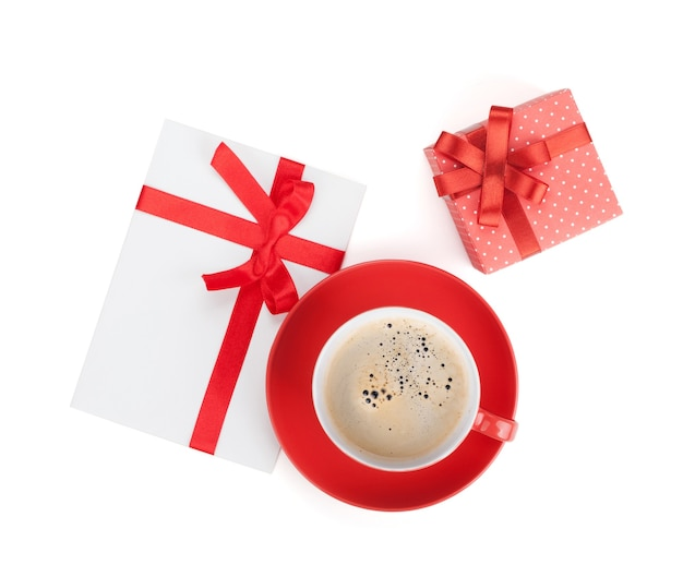 Tazza di caffè rossa, confezione regalo e lettera d'amore. vista dall'alto. isolato su sfondo bianco