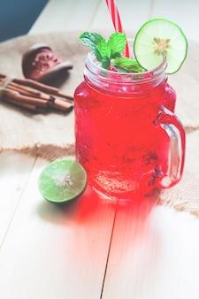 Bevanda fredda di colore rosso con limone affettato