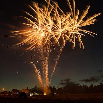 Fuochi d'artificio colorati rossi su sfondo blu cielo