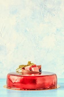 Torta di glassa di crema rossa con frutta e torta di compleanno al cioccolato Foto Premium